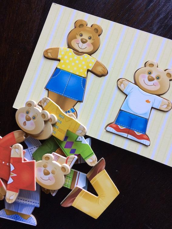 Legetøj med emner som farver, tal og årstider